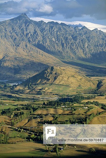 Das Tal der Shotover und The Remarkables von Coronet Peak in das Naturgebiet in der Nähe von Queenstown in West Otago  Südinsel  Neuseeland  Pazifik