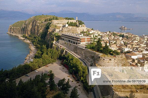 Stadt und mittelalterlichen Befestigungsanlagen auf der Halbinsel in Nafplion  Griechenland  Europa