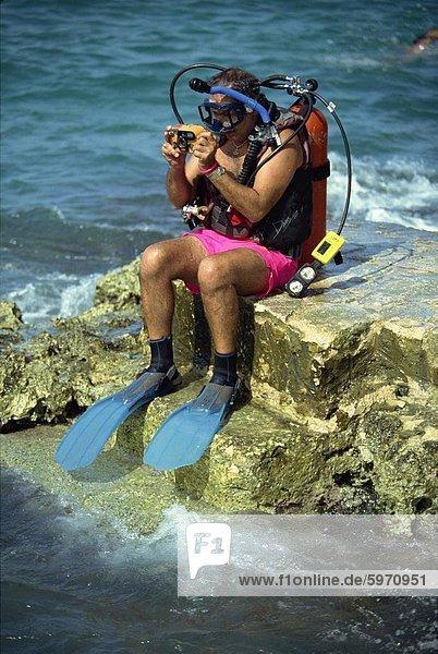 Mann Chankanaab Park  berühmt für seine herrlichen Korallenriff  auf der Insel Cozumel  vor der Yucatan Halbinsel  Mexiko  Nordamerika Tauchen vorbereiten
