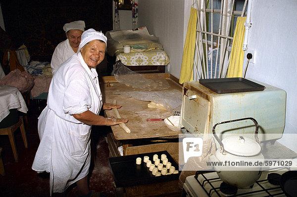 Frauen machen Gebäck in einem kleinen Hause Ofen in Jalta in der Ukraine  Europa