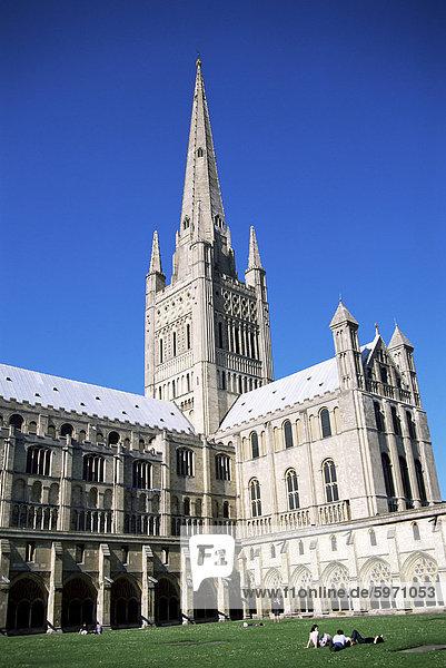 Norwich Kathedrale aus dem Kreuzgang  Norwich  Norfolk  England  Vereinigtes Königreich  Europa