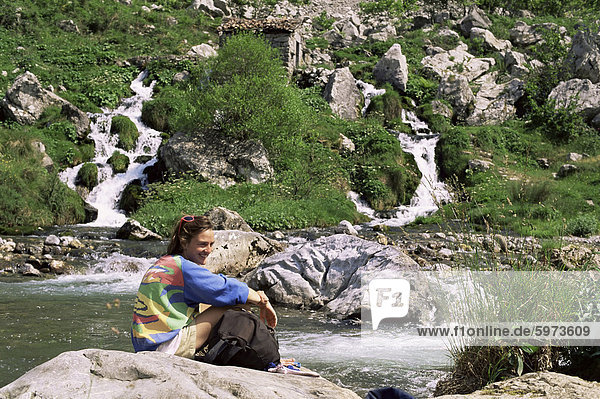 Ruhen von Rio Cares  Zentralmassiv  Picos de Europa  Kantabrien  Spanien  Europa