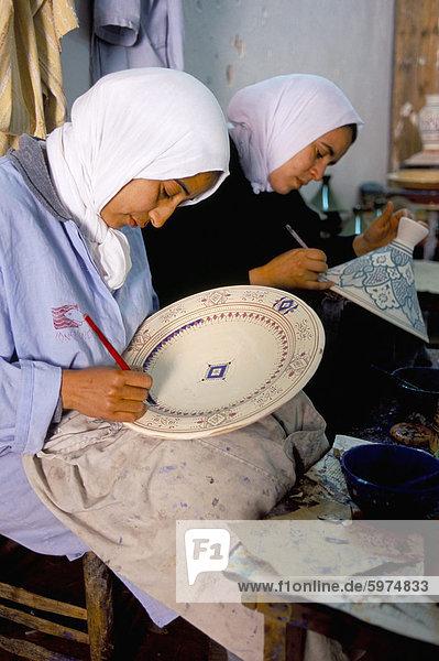 Frauen  die Malerei  Keramik  Töpfern Dorf von Safi  Atlantikküste  Marokko  Nordafrika  Afrika