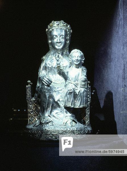 Silberne Statue der Jungfrau Maria und Kind  aus dem Ende des 13. Jahrhundert  Schatzkammer der Ste Foy  Conques  Midi-Pyrenees  Frankreich  Europa