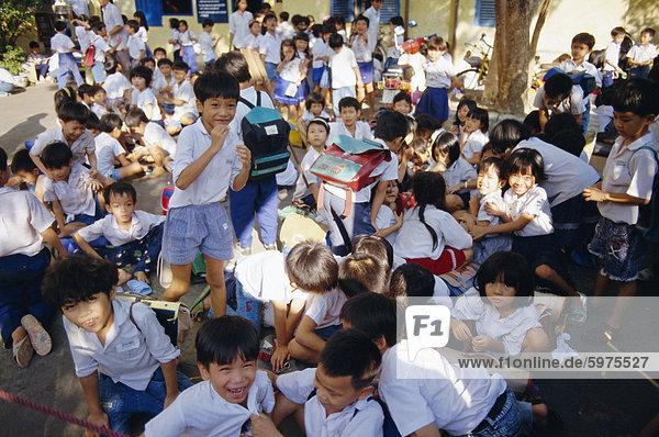 Schulkinder am Ende des Tages in der Schule  Ho-Chi-Minh-Stadt (ehemals Saigon)  Vietnam  Indochina  Südostasien  Asien