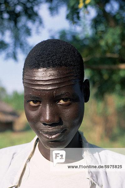 Kopf und Schultern Porträt eines Mannes Nuer mit Stirn Skarifizierung  Itang Region  Ilubador Zustand  Äthiopien  Afrika