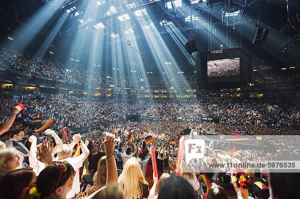 Welt-Cup-Fußball-Fans bei öffentlichen anzeigen in der Lanxess Arena  Köln  Rheinland Westfalen  Norddeutschland  Europa Welt-Cup-Fußball-Fans bei öffentlichen anzeigen in der Lanxess Arena, Köln, Rheinland Westfalen, Norddeutschland, Europa