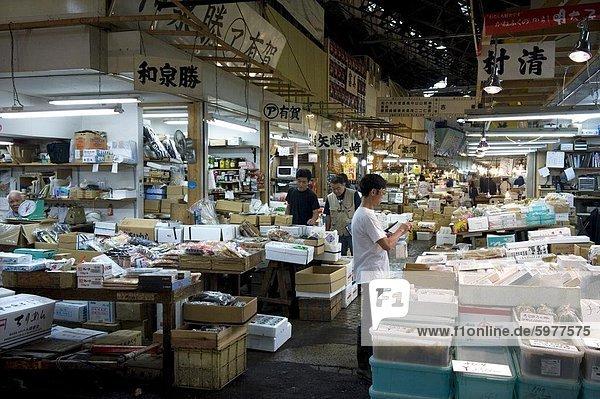 Innenansicht des Verkaufs Stände im Großhandel Tsukiji-Fischmarkt  der weltweit größten Fischmarkt in Tokio  Japan  Asien