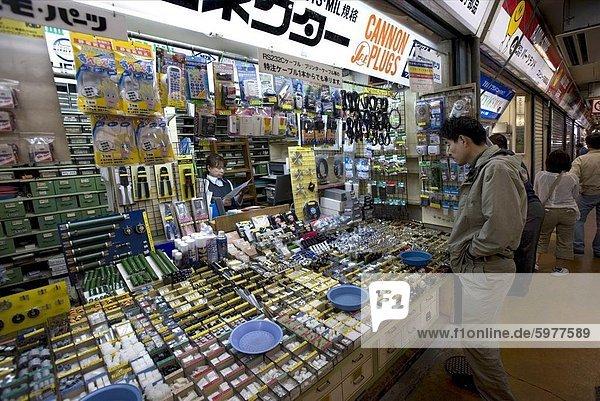 Geschäft verkauft elektronische Kleinteile im Consumer Elektronik Bezirk Akihabara  Tokyo  Japan  Asien