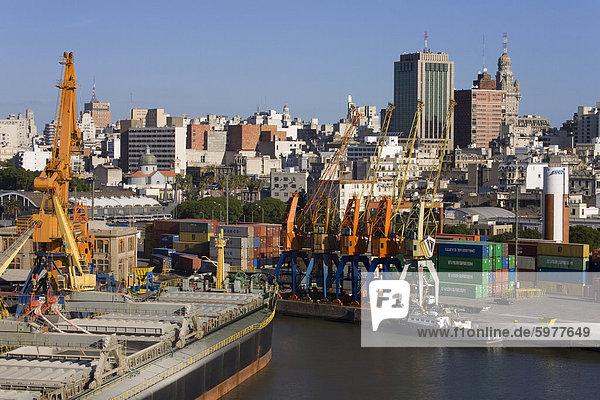 Containerhafen und City Skyline  Montevideo  Uruguay  Südamerika