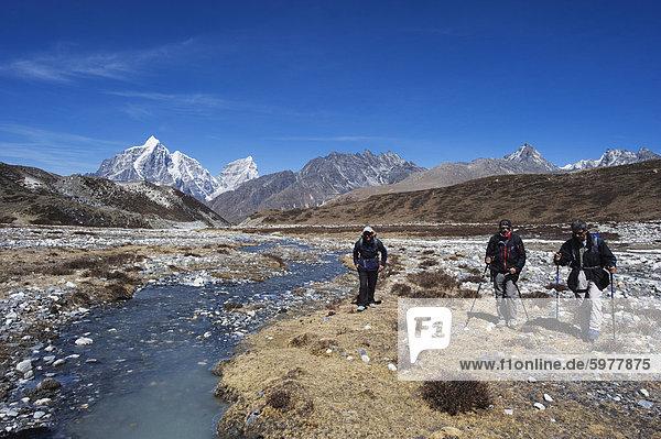Wanderer in Chukhung Tal  Solu Khumbu-Everest-Region  Sagarmatha-Nationalpark  Himalaya  Nepal  Asien