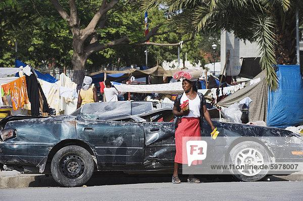 Frau in der Frontseite des beschädigten Kfz  Januar 2010 Erdbeben  Innenstadt  Port au Prince  Haiti  West Indies  Karibik  Mittelamerika