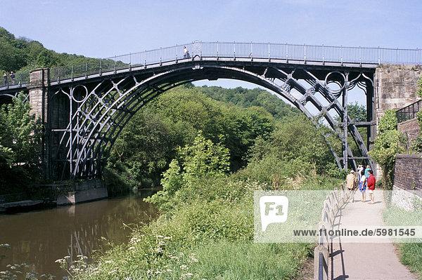 Eiserne Brücke über den Fluss Severn  Ironbridge  UNESCO Weltkulturerbe  Shropshire  England  Vereinigtes Königreich  Europa