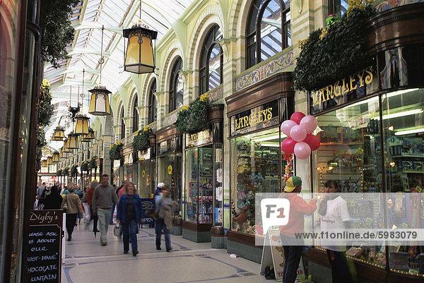 Shopper im Royal Arcade  Norwich  Norfolk  England  Vereinigtes Königreich  Europa