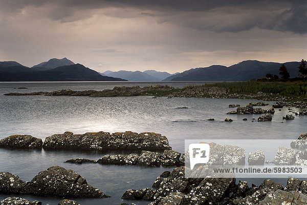 Loch Na Dal und Sound von Sleat  aus nahe Duisdalemore  Sleat Halbinsel  Festland Schottland Hügel hinter  Isle Of Skye  Innere Hebriden  Schottland  Vereinigtes Königreich  Europa