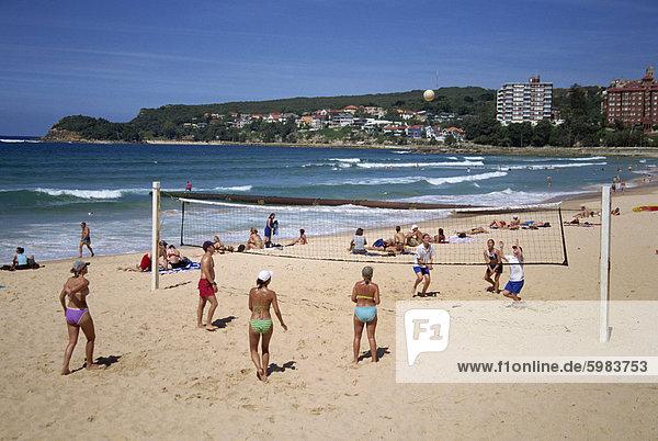 Männer und Frauen spielen Volleyball am Strand in Manly  New South Wales  Australien  Pazifik