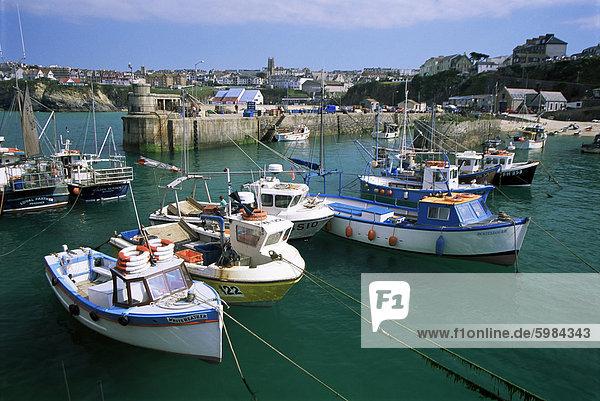 Fischerboote im Hafen  Newquay  Cornwall  England  Vereinigtes Königreich  Europa