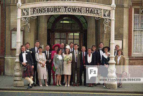Gruppenfoto von Brautpaar und Hochzeitsgäste  außerhalb von Finsbury Rathaus Registrierung Büro  London  England  Vereinigtes Königreich  Europa