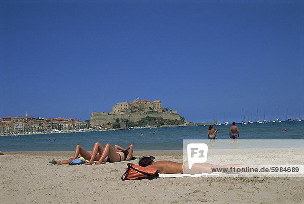 Touristen Sonnenbaden am Strand in der Nähe von Calvi  Gebiet der Balagne  Korsika  Frankreich  Europa