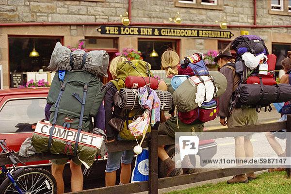 Zugvorrichtung Wandern Backpacker  Fort Augustus  Highlands  Schottland  Vereinigtes Königreich  Europa