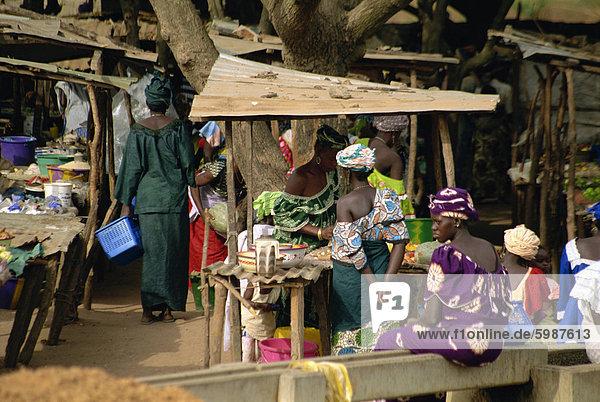 Markt in der Nähe von Banjul in Gambia  Westafrika  Afrika