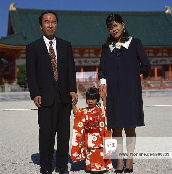 Mädchen und Eltern an Shichi-Go-San (3-5-7) Festival  Heian-Jingu Schrein  Kyoto  Kansai  Japan  Asien