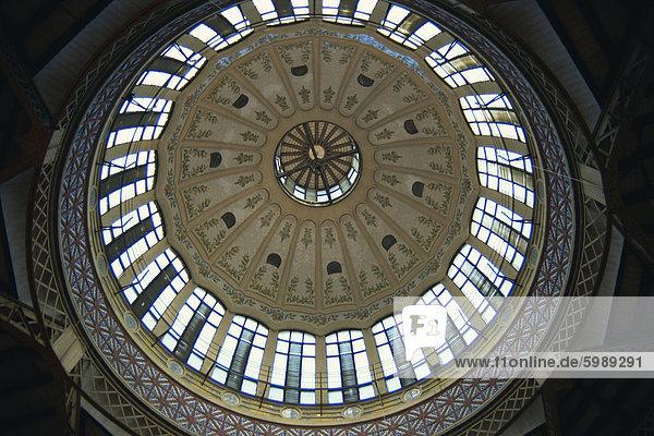 Innere Kuppel des frühen 20. Jahrhunderts modernistischen Gebäudes der Central Market  Valencia  Spanien  Europe