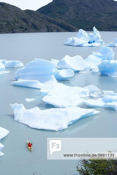 zwischen inmitten mitten Nationalpark grau Mensch fließen See Kajak Eisberg