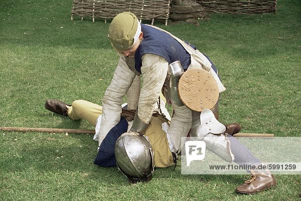 Nachstellung des mittelalterlichen Kampfes  Kriege der Rosen Gesellschaft  Worcester  England  Vereinigtes Königreich  Europa