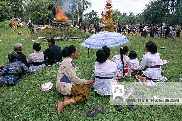 Menschen bei Feuerbestattung  Insel Bali  Indonesien  Südostasien  Asien