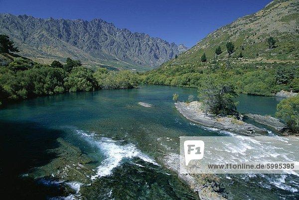 Der Kawarau River  der Abfluss des Lake Wakatipu bei Frankton  in der Nähe von Queenstown  mit den Remarkables darüber hinaus  Otago  Südinsel  Neuseeland  Pazifik