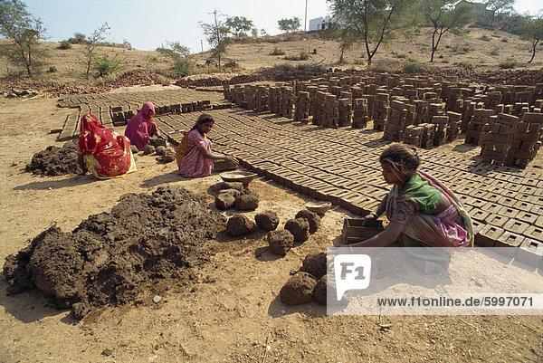 Backstein machen  Deogarh  Rajasthan  Indien  Asien