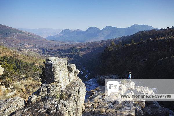 Frau am Lisbon Falls  Drakensberg Escarpment  Mpumalanga  Südafrika  Afrika
