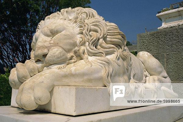 Statue eines schlafenden Löwen im Alupka-Palast in Jalta  Ukraine  Europa