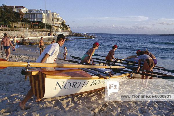 Traditionelle Zeile Boot Training für lebensrettende  Bondi Beach  New South Wales (NSW)  Australien  Pazifik