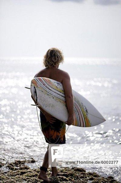 Eine Surfer wartet Swell  Bali  Indonesien  Südostasien  Asien