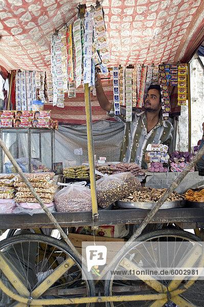 Würgen Sie Halter verkaufen Guta  Namkeen Snacks und Bidi Zigaretten  Kishangarh  Rajasthan  Indien  Asien ab