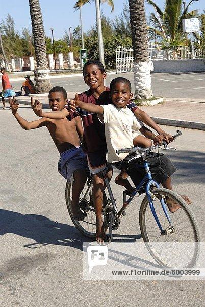 Glücklich jungen Fahrrad durch die Straßen von Toliara  Madagaskar  Afrika