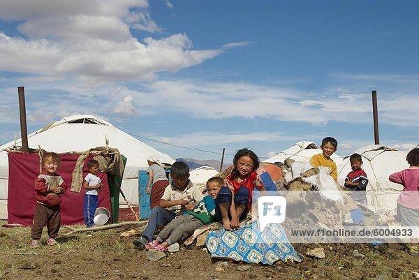 Nomadische Kasachische Kinder und Jurten  Region von Bayan-Ulgii  Mongolei  Zentralasien  Asien