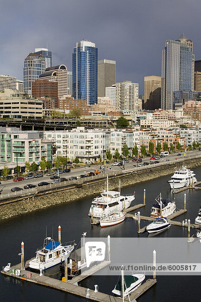 Seattle Skyline und Bell Harbor Marina  Seattle  Bundesstaat Washington  Vereinigte Staaten von Amerika  Nordamerika