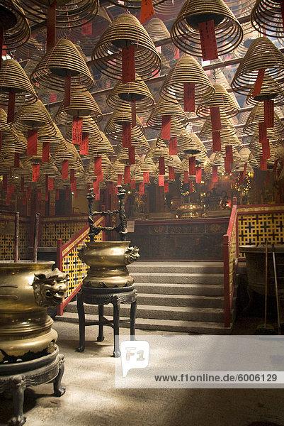 Burnign Weihrauch Kegel hing von der Decke  Man Mo Temple  Sheung Wan  Hong Kong  China  Asien
