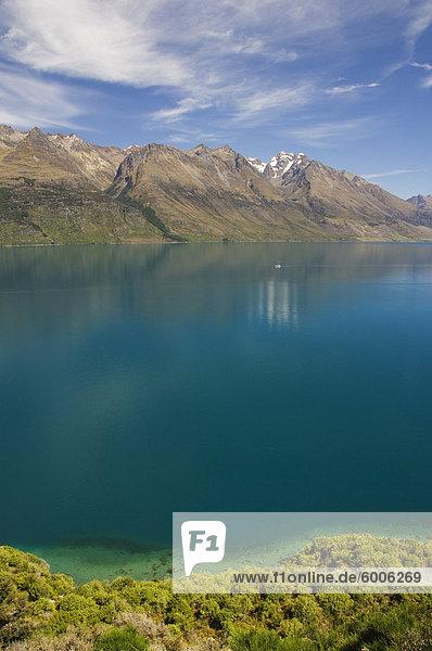 Klare Wasser des Lake Wakatipu nahe Queenstown  Otago  Südinsel  Neuseeland  Pazifik