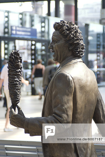 Statue by Tom Murphy of comedian and native son Ken Dodd  Liverpool  Merseyside  England  United Kingdom  Europe