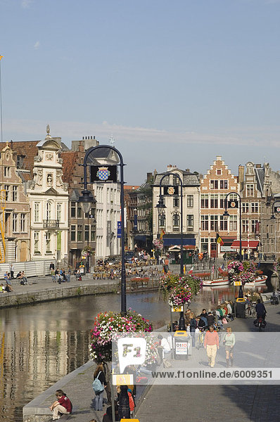 Blick auf das Riverside mit Kaufleuten Räumlichkeiten  Gent  Belgien  Europa