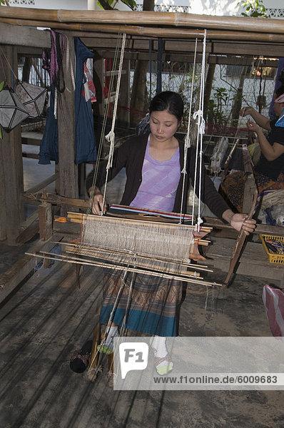 Weben im Dorf in der Nähe von Luang Prabang  Laos  Indochina  Südostasien  Asien