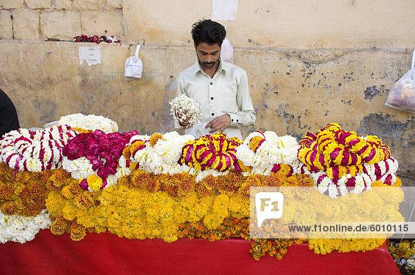 Ein Mann verkauft Girlanden der Blumen außerhalb eines Tempels in Jaipur  Rajasthan  Indien  Asien