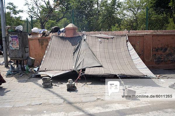 Straße Slum Behausungen in Jaipur  Rajasthan  Indien  Asien