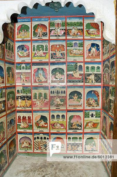 Szenen aus dem Kamasutra in einem Schrank in der Juna Mahal Fort  Dungarpur  Rajasthan Indien  Asien