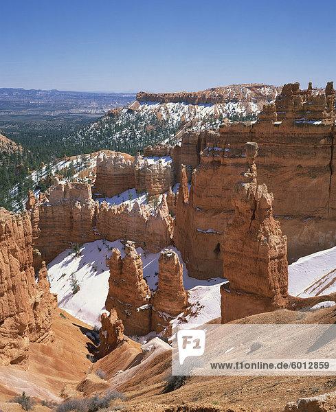 Schnee auf Fialen und Felsformationen im Bryce Canyon National Park in Utah  Vereinigte Staaten von Amerika  Nordamerika