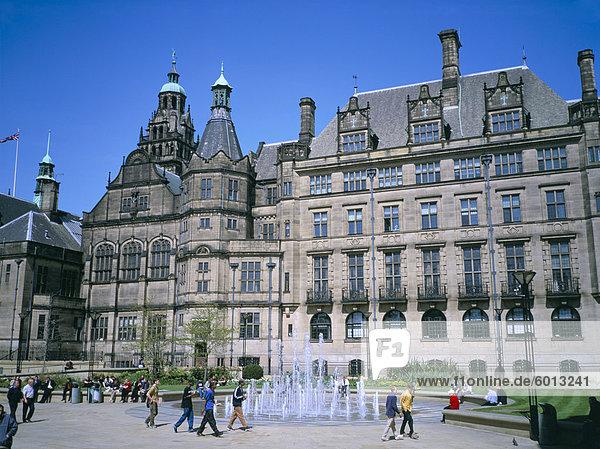 Frieden Garten Brunnen und Rathaus  Sheffield  South Yorkshire  Yorkshire  England  Vereinigtes Königreich  Europa